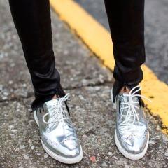 street-style-sapato-metalico-prata